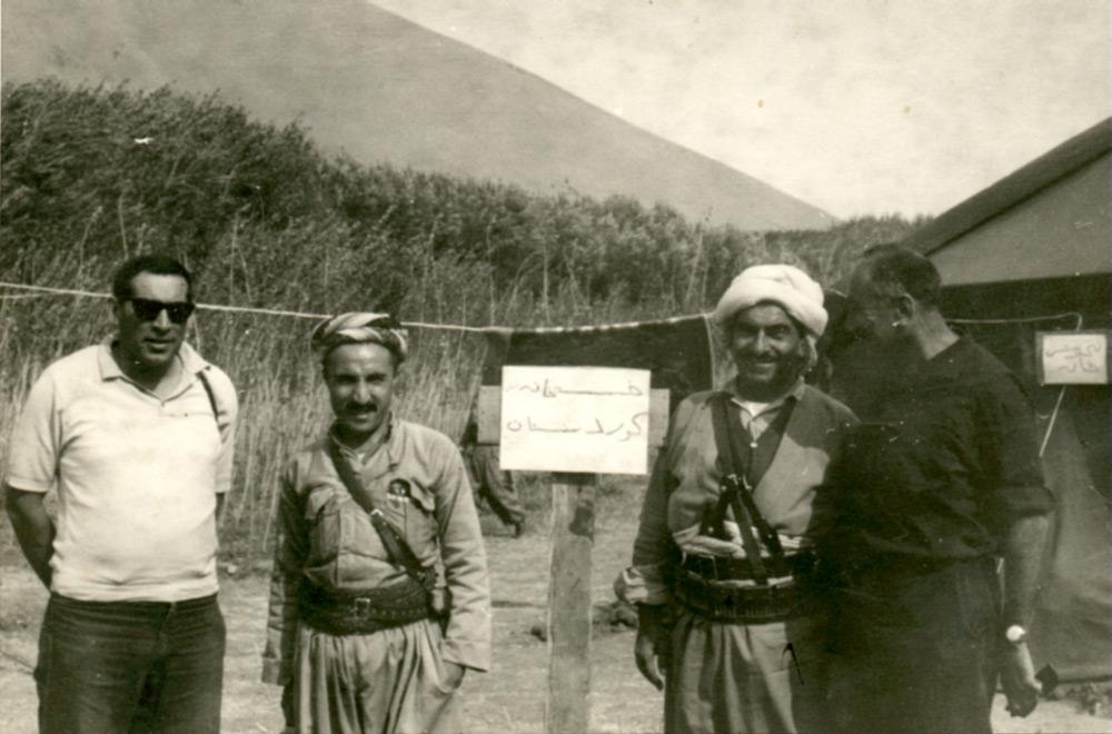 """בי""""ח שדה, צבאי-ישראלי שהקמנו בכורדיסטאן. בתמונה מימין לשמאל: ראש המוסד, האלוף מאיר עמית, המולא מוסטפה ברזני (מנהיג הכורדים) אחד מאנשיו והאלוף רחבעם זאבי (גנדי)"""
