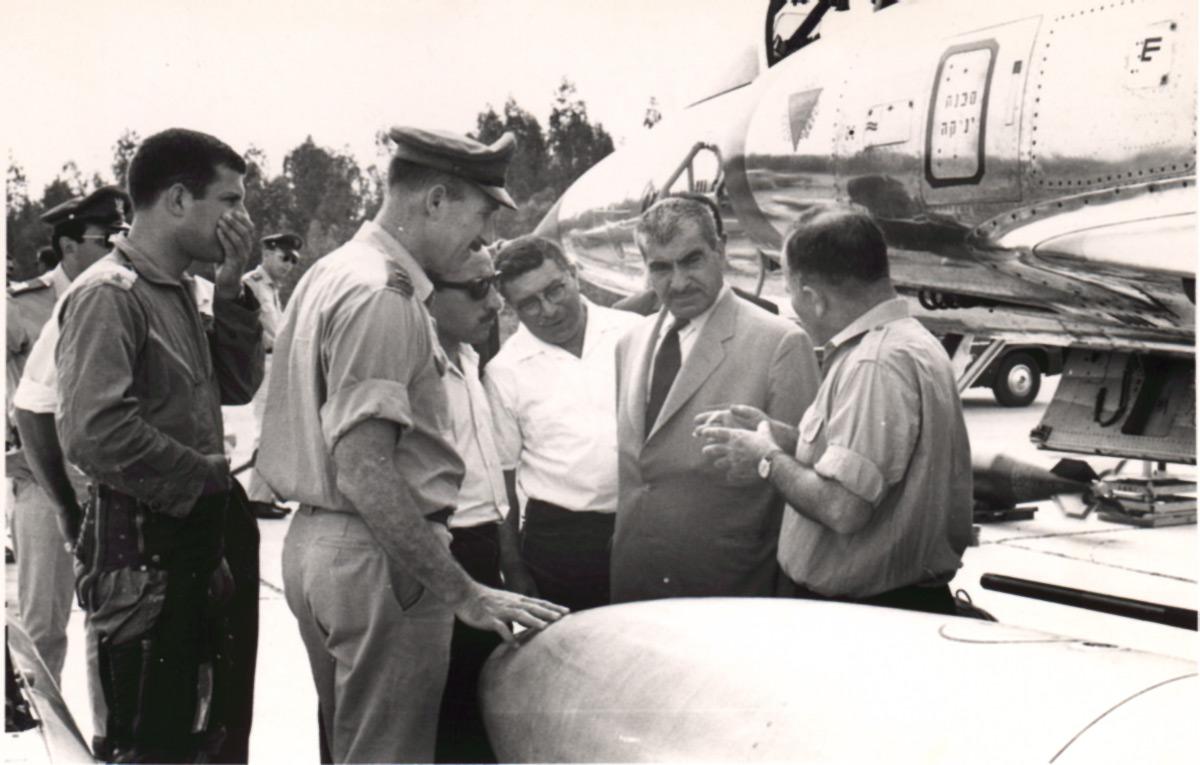 ביקור המולא מוסטפה ברזני באחת מטייסות חיל האוויר בנוכחותו של מפקד חיל האוויר האלוף מוטי הוד