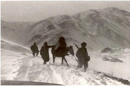 חורף 1974: נציגנו בשטח בדרך לחאג´אומרן למפקדתו של המולא מוסטפה ברזני.  השלג העמוק חייב נסיעה ברכב 4X4, וחלקה של הדרך חייב רכיבה על סוסים/פרדות
