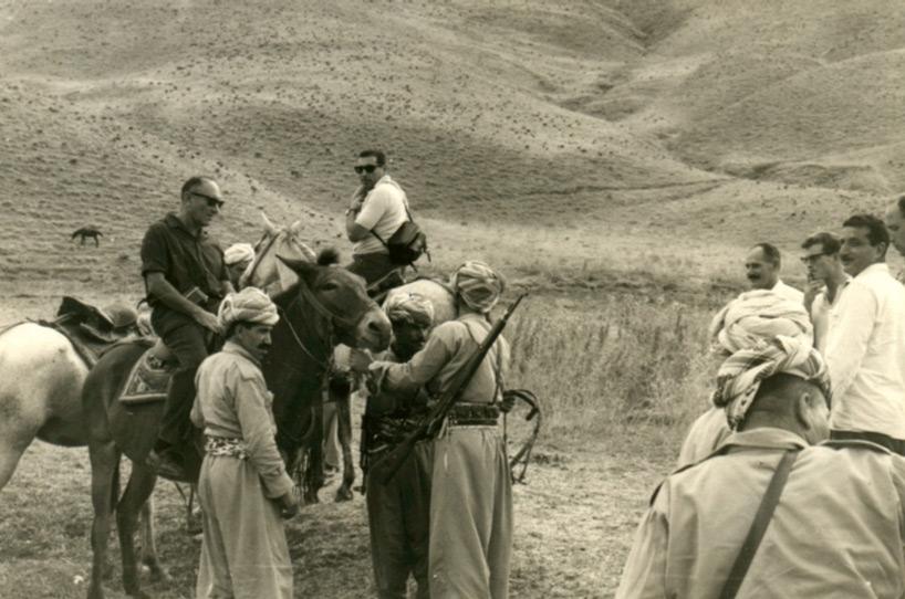 מסע רכוב בהרי כורדיסטאן, רכובים על הסוסים משמאל לימין: ראש המוסד האלוף מאיר עמית והאלוף רחבעם זאבי (גנדי) מלווים בכורדים ובנציגנו בשטח. (ישראל מסייעת ללחימת הכורדים בכורדיסטאן כמעשה הומאני וכדי לרתק את הצבא העיראקי אליהם)