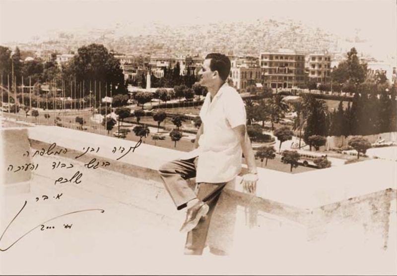 אלי כהן משקיף ממרפסת ביתו על המטכל הסורי