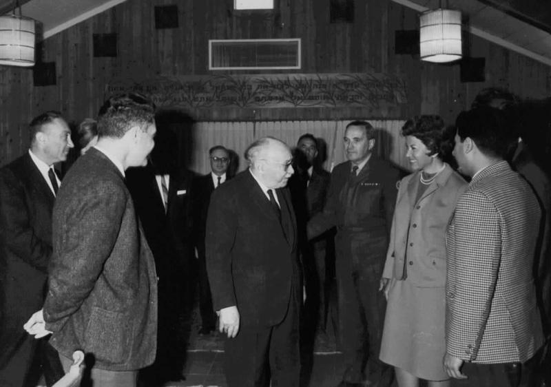 """משמאל לימין: ראש המוסד מאיר עמית, ויקטור לוי, הנשיא שזר, שלישו הצבאי אל""""מ אריה רז, מרסל ניניו ורוברט דסה."""
