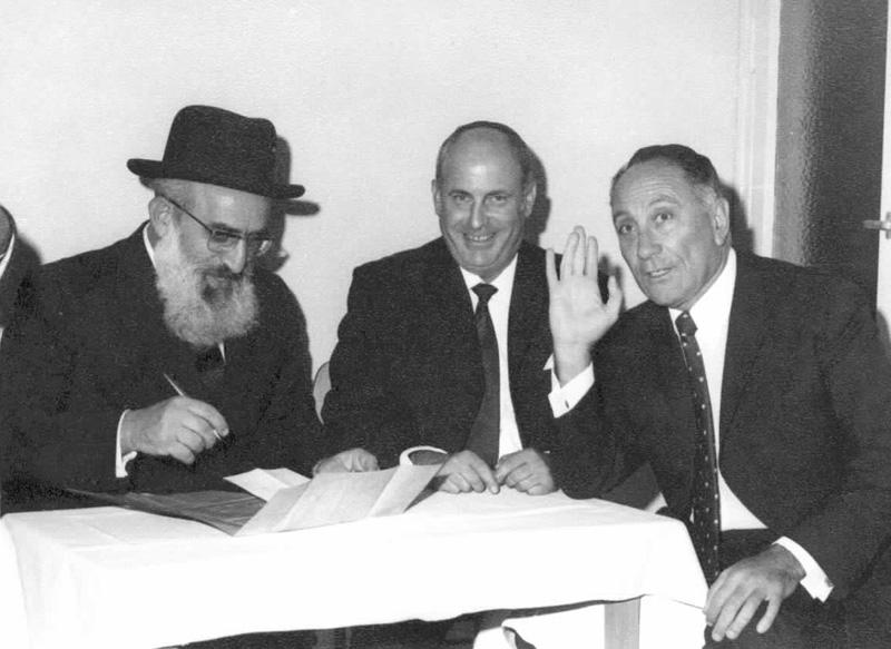 הכתובה - מימין לשמאל ראש המוסד מאיר עמית, החתן אלי בוגר, והרב הראשי האלוף גורן.