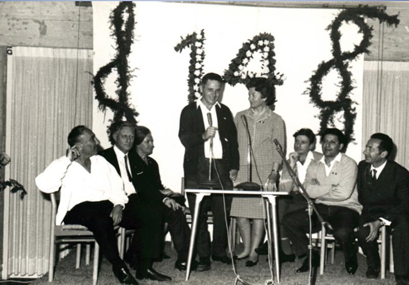 1968: מפגש עם ראש המוסד מאיר עמית ראשון משמאל. נוכחים משמאלו של מאיר עמית וולפגנג לוץ, רעייתו, בעמידה ויקטור לוי ומרסל ניניו, ומשמאלם פיליפ נתנזון, רוברט דסה (אנשי עסק הביש)