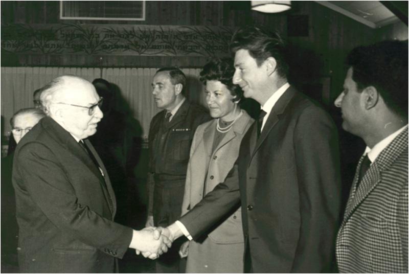 """מימין לשמאל: רוברט דסה, פיליפ נתנזון (לוחץ יד הנשיא), מרסל ניניו, אל""""מ אריה רז שלישו הצבאי של הנשיא, הנשיא זלמן שזר ומאחוריו רעייתו."""