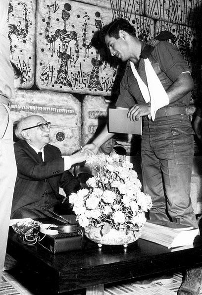 """""""היה רעש גדול וכואב"""". נתניהו לוחץ יד לנשיא זלמן שז""""ר(צילום: באדיבות ארכיון צה""""ל)"""