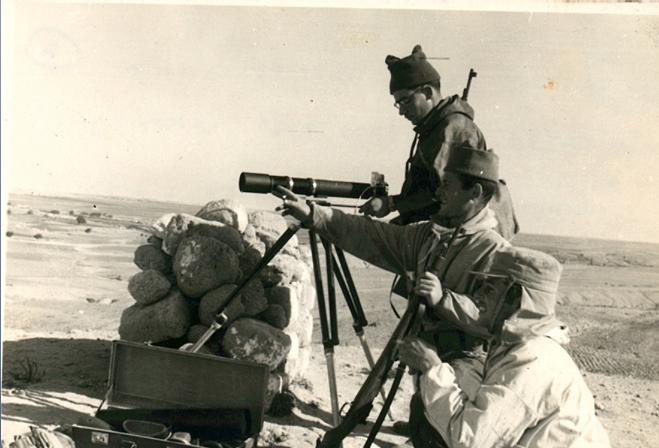 """1953-פעילות מודיעין לאורך גבול רצועת עזה שמתבצעת ע""""י כיתת המודיעין של חט´ 7 וצוות צילום צהלי שביצעו תצלומים על אוביקטים ברצועת עזה, עם מצלמות בעלות אורך מוקד גדול, החומר שימש להכנת פנורמות לתצפיות"""