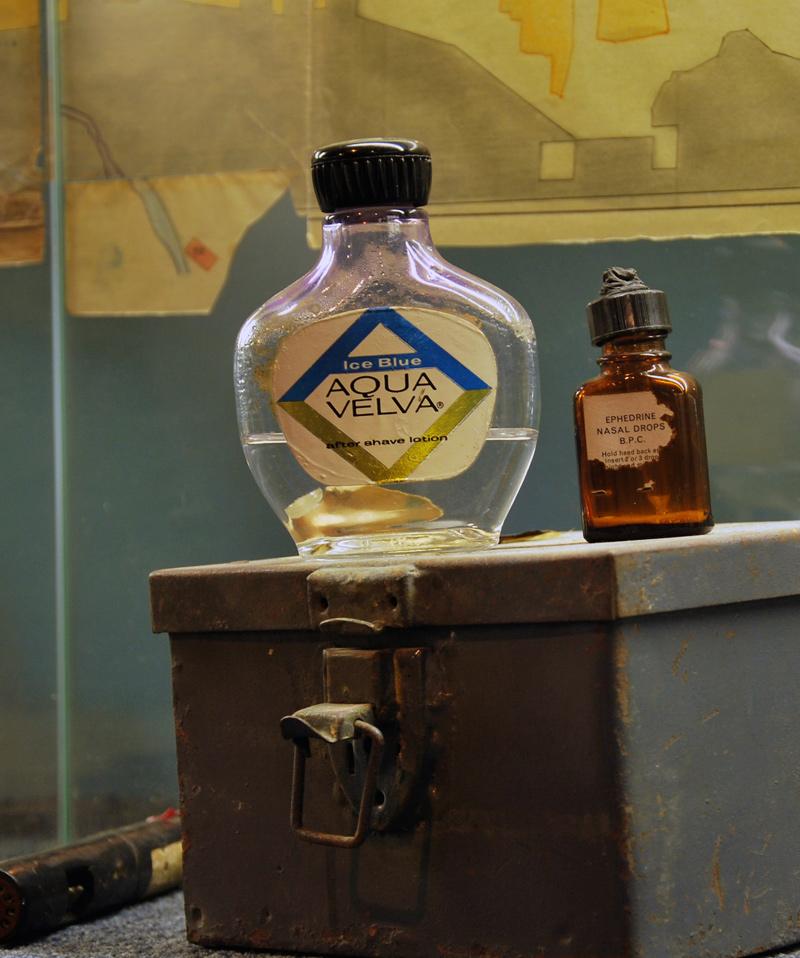 """בקבוקים בהם הוחזק דיו כתב סתרים- דיו כתב הסתרים הוכנס לתוך בקבוקים כגון אפטר-שייב וטיפות אף, ע""""מ שלא יעורר חשד."""