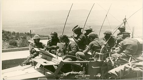 """9.6.67 - מלחמת ששת הימים: מפקדת חטיבה 45 על זחל""""מ. בדרכם לקרבות ברמת הגולן.בקדמת הרכב, המח""""ט אל""""מ (בריל) בר כוכבא"""