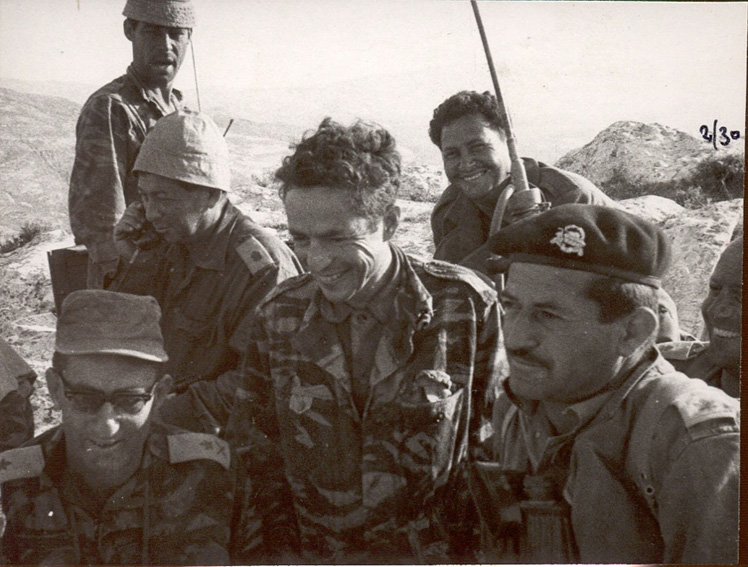 """בכירים במלחמת ששת הימים, משמאל –אל""""מ(לימים אלוף) משה מוסה פלד, הקמ""""ן דני אגמון והאלוף אלעד פלד בתקופת מלחמת ששת הימים."""