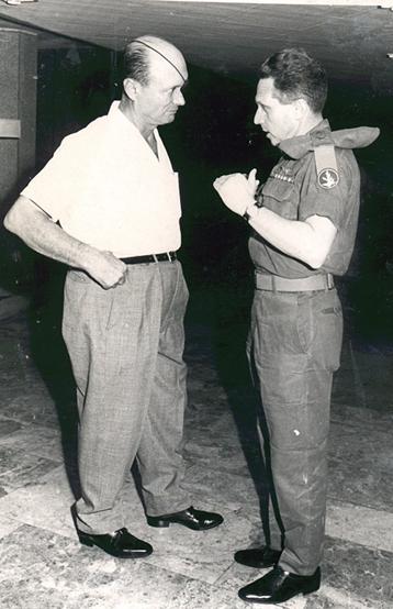 """1967- פגישת ראש אמ""""ן, האלוף אהרון יריב עם שר הביטחון משה דיין במלחמת ששת הימים."""