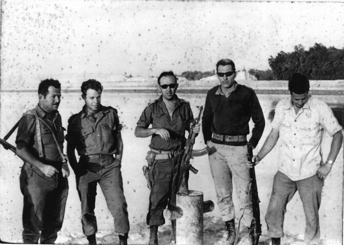 התמונה צולמה במהלך סיורים בזמן מלחמת ששת הימים. משמאל האלוף מוסא פלד ולידו הקצין דני אשר וקצינים נוספים.