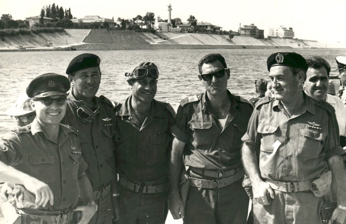 1967- צילום מפקדים בגדה המזרחית של תעלת סואץ עם סיום מלחמת ששת הימים.