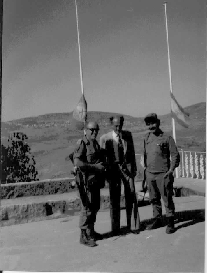 """מלחמת של""""ג (שלום הגליל) .  משה צביקל עם מתורגמן בפגישה עם מזכירו של ג´ומבלט (מנהיג הדרוזים בלבנון)."""
