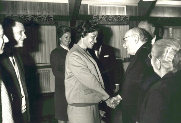 בתמונה הנשיא זלמן שזר לוחץ את ידה של מרסל ניניו וברקע רעיית הנשיא