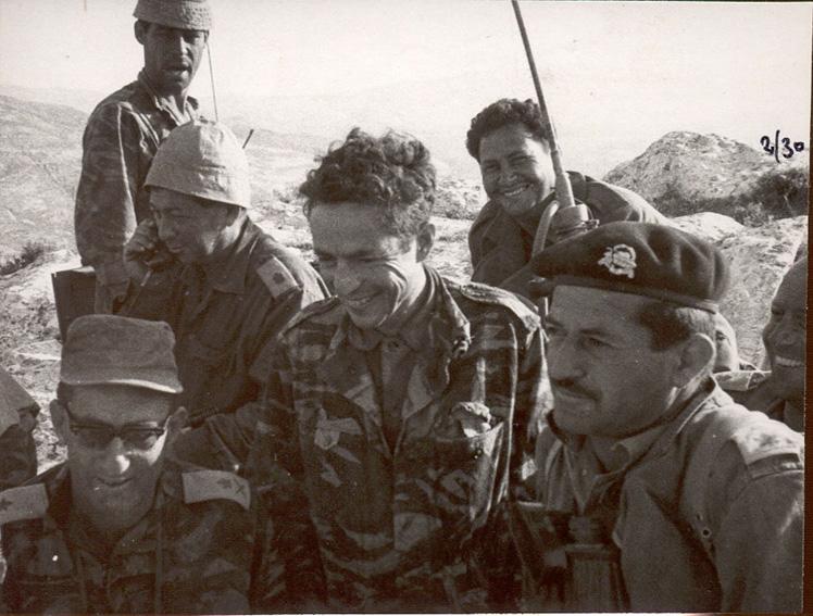 """משמאל –אל""""מ(לימים אלוף) משה מוסה פלד, הקמ""""ן דני אגמון והאלוף אלעד פלד בתקופת מלחמת ששת הימים."""
