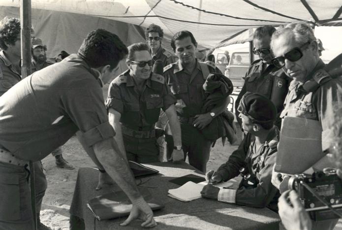 שיחות בקילומטר ה-101, משמאל המשלחת הישראלית- האלוף אהרון יריב, האלוף שמואל אייל (עומד), סגן אלוף דב שיאון (לימים תת אלוף) ונציגים נוספים. מימין המשלחת המצרית בראשותו של הגנרל ג´מאסי.
