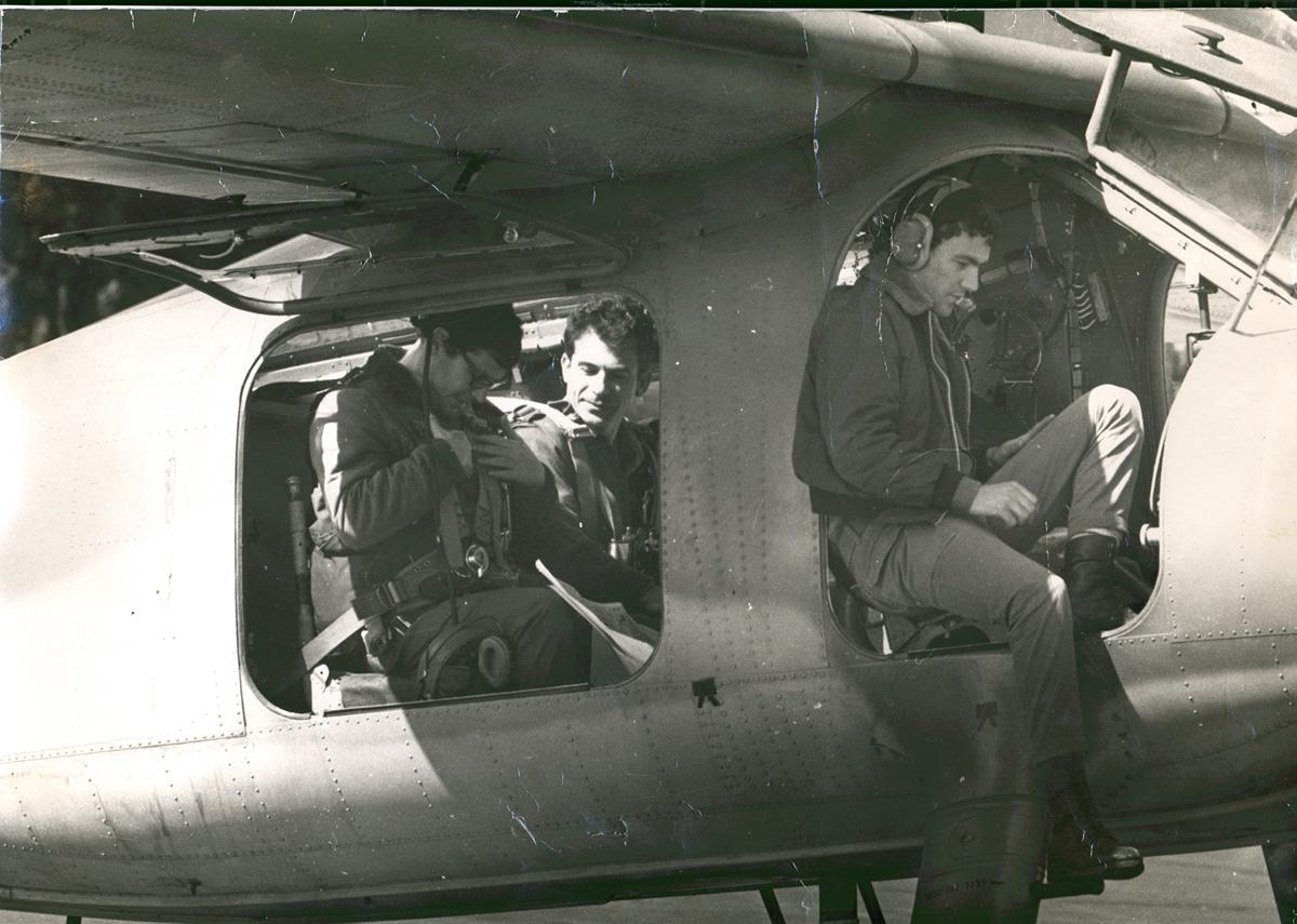 """סיור אוויר בפיקוד צפון לאחר מלחמת יום הכיפורים,  בתמונה אביעזר יערי מאמ""""ן, לימים אלוף, ועמוס גלבוע מאמ""""ן, לימים תת אלוף (רע""""ן בסיס)."""