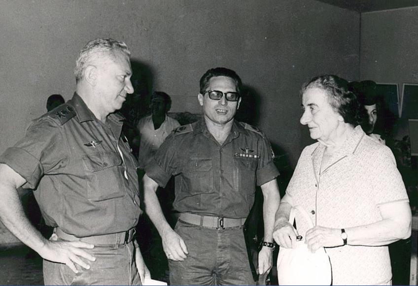 """ראש הממשלה גולדה מאיר עם האלוף אהרון יריב ראש אמ""""ן והרמטכ""""ל רב אלוף חיים בר לב (כידון) ,שניהם כבר לא היו בשירות, וגויסו לקראת המלחמה"""