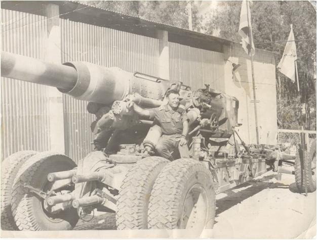 """תותח בקוטר 180 מ""""מ, לטווח 44 ק""""מ, נפל שלל בידינו בסיני. התותח הועבר לגולן והופעל מול הסורים ברמת הגולן תוך הפתעה מלאה אל פאתי דמשק. יושב על התותח סא""""ל צבי מרום מהזירה הטכנולוגית ב-אמ""""ן."""