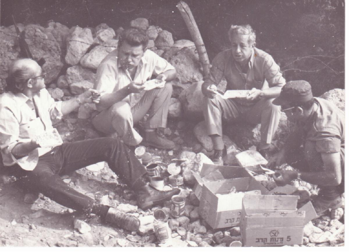 1973: סיור ברמת הגולן לאחר מלחמת יום הכיפורים, משמאל: צביקה מלחין, שמוליק גורן, ג´ק צביה, מוסה עטאר-קצין מ-504